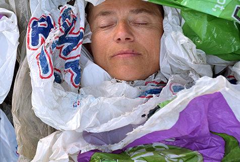 Hun drukner snart i plast... hun trenger hjelp!